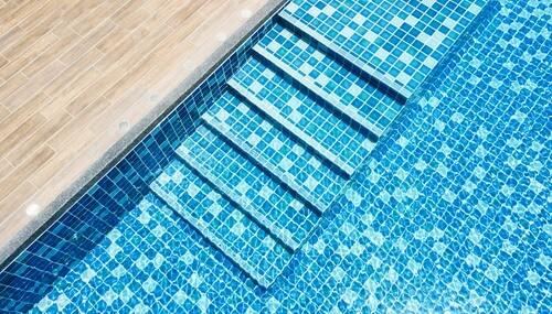 gefliestes Schwimmbad in türkisblau
