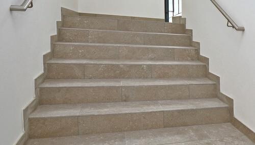 Geflieste Treppe in brauner Natursteinoptik